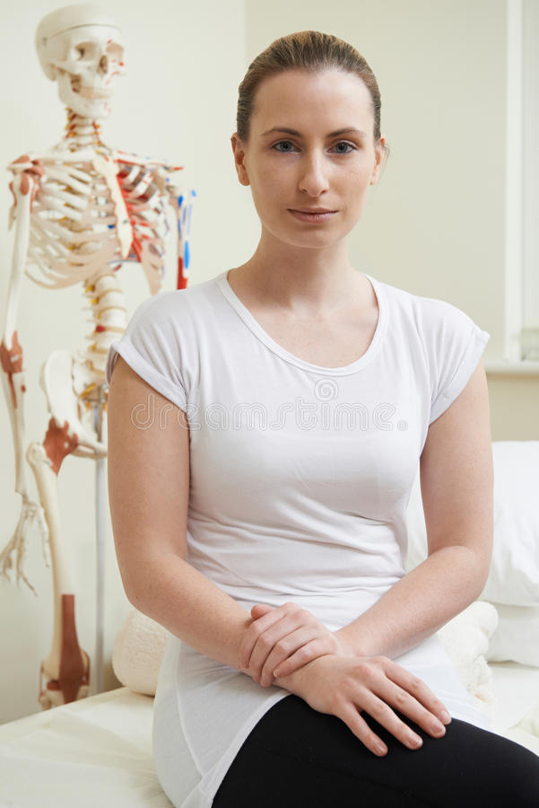 Stående av den kvinnliga osteopaten i konsulterande rum royaltyfri fotografi