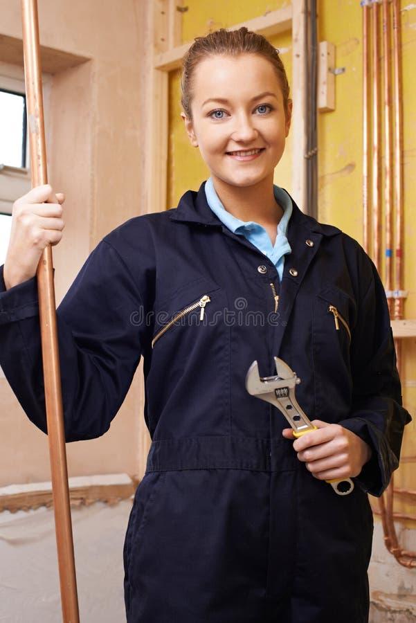Stående av den kvinnliga rörmokaren Working In House arkivbild