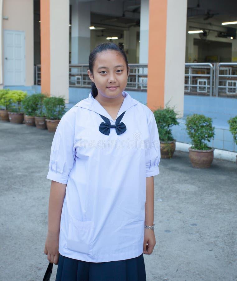 Stående av den kvinnliga thai högstadiumstudenten i uiform fotografering för bildbyråer
