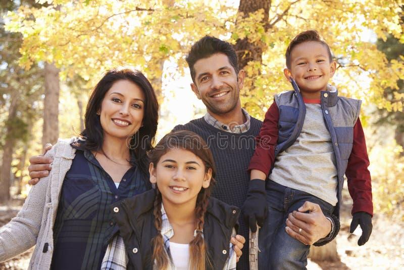 Stående av den latinamerikanska familjen som ser utomhus kameran royaltyfri bild