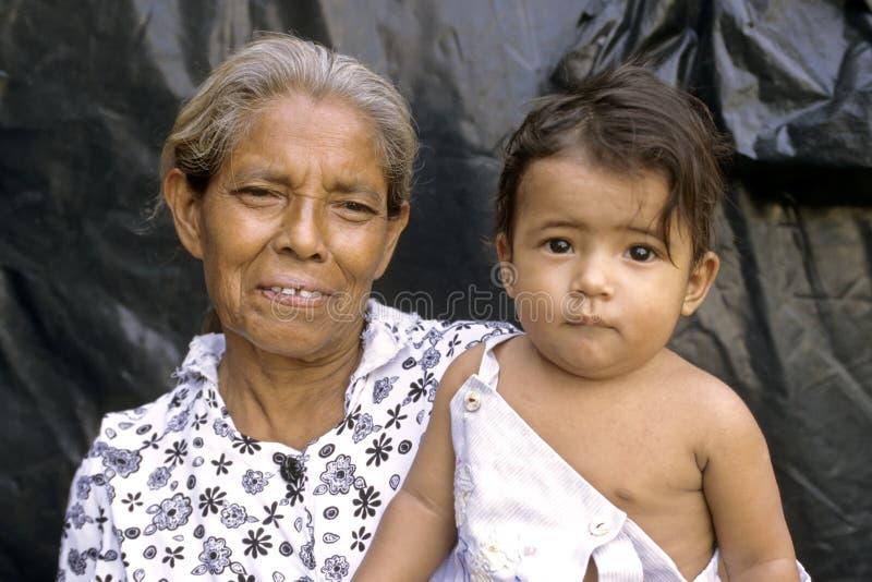 Stående av den latinamerikanska mormodern med det mobila barnbarnet arkivbild