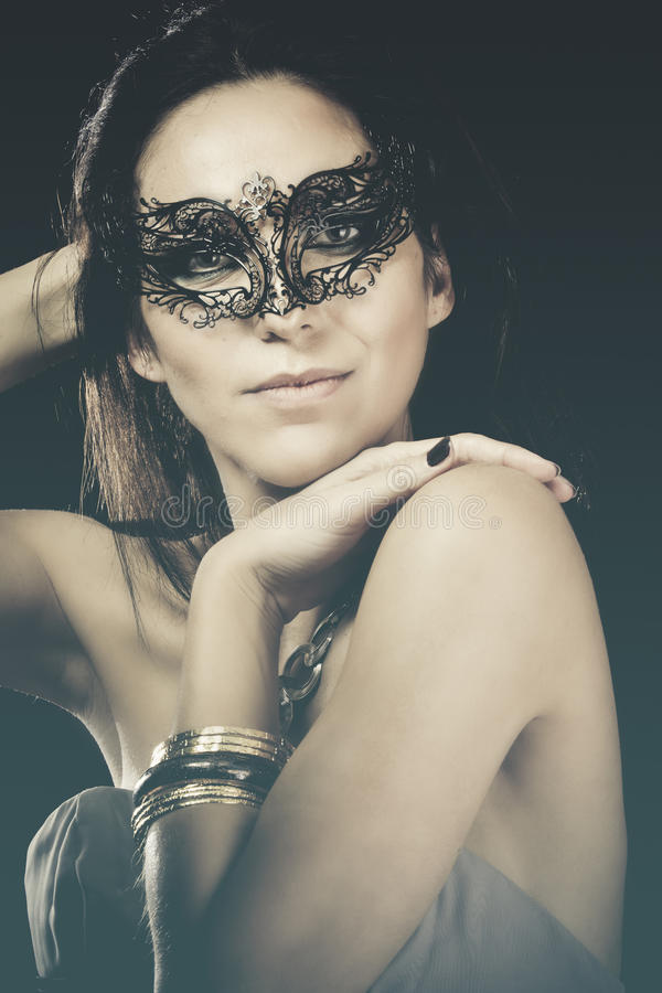 Stående av den le kvinnan med den venetian maskeringen royaltyfria bilder