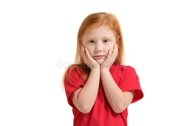 Stående av den ledsna grå färg-synade lilla flickan med händer nära hennes framsida som isoleras på vit bakgrund arkivbild