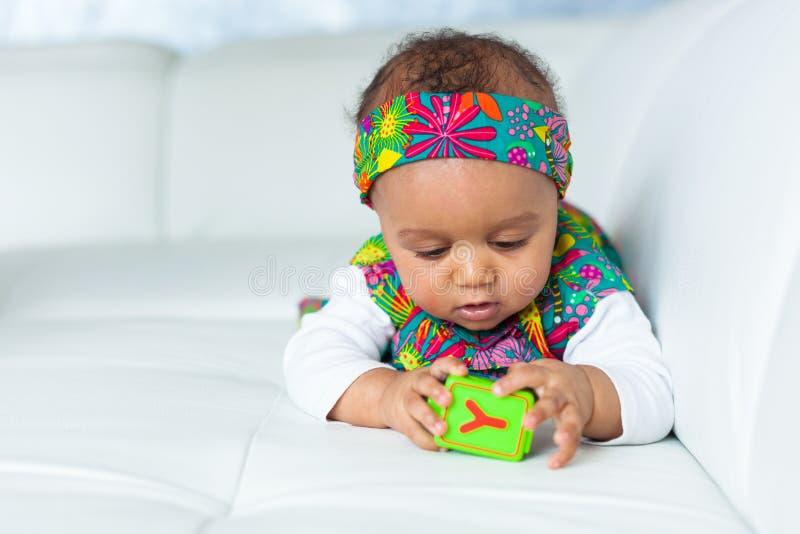 Stående av den lilla afrikansk amerikanlilla flickan som spelar - svart royaltyfri foto