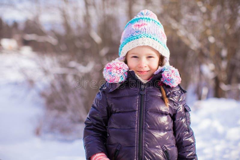 Stående av den lilla förtjusande flickan i vinterhatt på arkivfoto