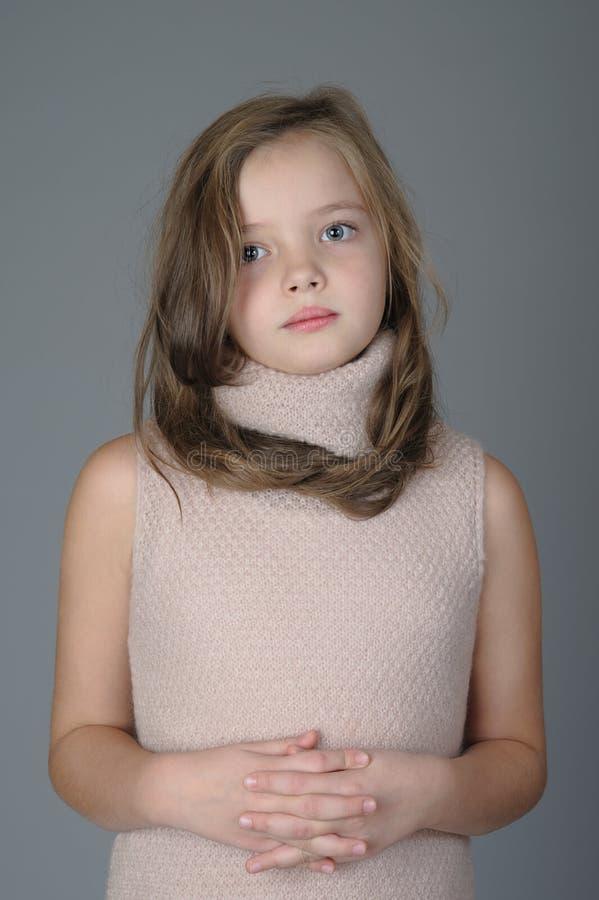 Stående av den lilla gulliga flickan med ett lugna uttryck på hennes framsida arkivfoton