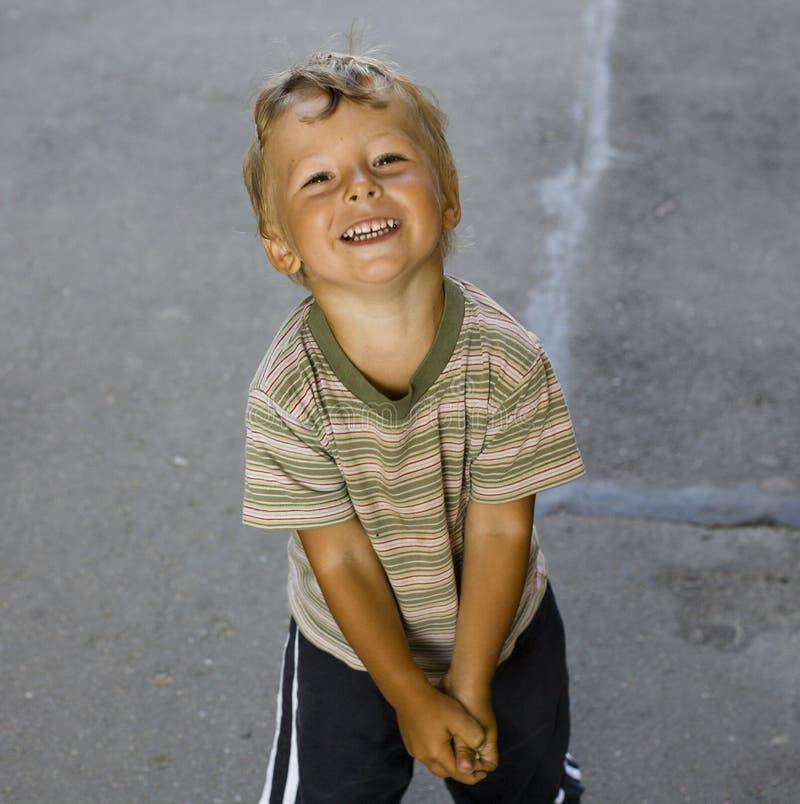 Stående av den lilla gulliga pojken utanför arkivfoto