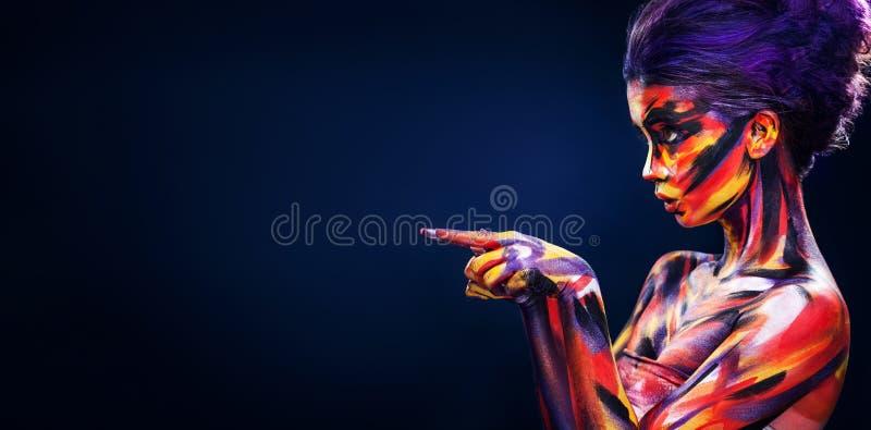 Stående av den ljusa härliga flickan med smink och bodyart för konst färgrikt arkivfoton