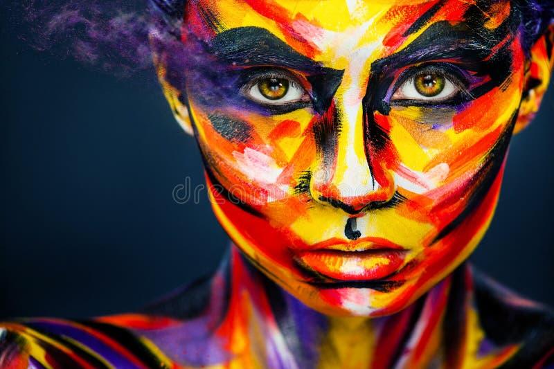 Stående av den ljusa härliga flickan med smink och bodyart för konst färgrikt royaltyfri bild