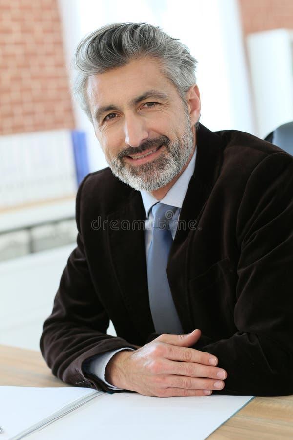 Stående av den lyckade advokaten i regeringsställning royaltyfria bilder