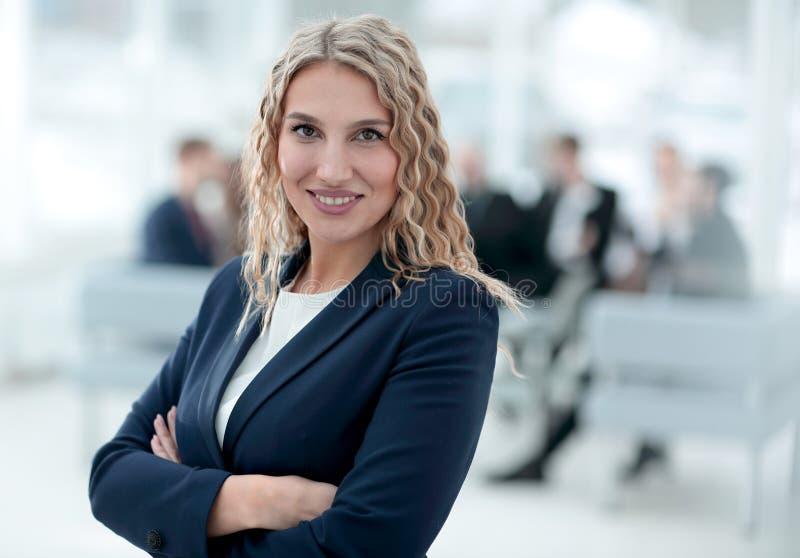 Stående av den lyckade affärskvinnan på bakgrunden av kontoret royaltyfria bilder