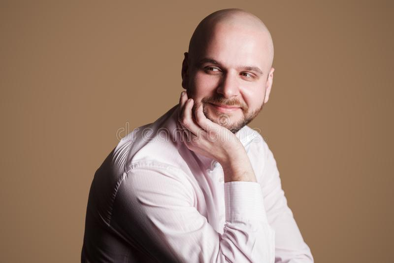 Stående av den lyckade stiliga skäggiga skalliga mannen i ljus - rosa färg s arkivfoto