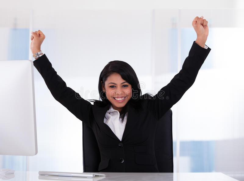 Stående av den lyckliga affärskvinnan fotografering för bildbyråer