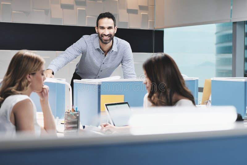 Stående av den lyckliga affärsmannen Smiling At Camera i det Coworking kontoret royaltyfri fotografi