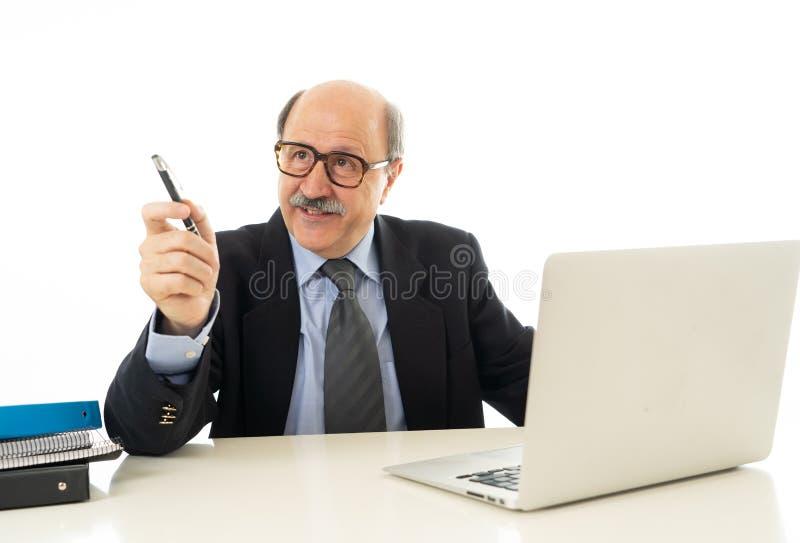 Stående av den lyckliga affärsmannen som arbetar på bärbara datorn på det nya projektet som delar idéer arkivbild