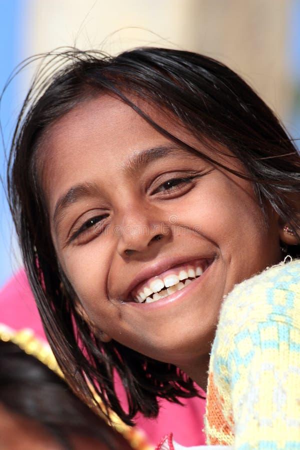 Stående av den lyckliga byindierflickan arkivfoton