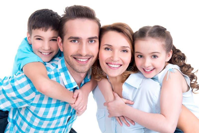 Stående av den lyckliga europeiska familjen med barn royaltyfri fotografi