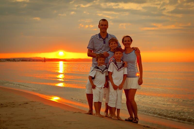 Stående av den lyckliga familjen royaltyfri foto