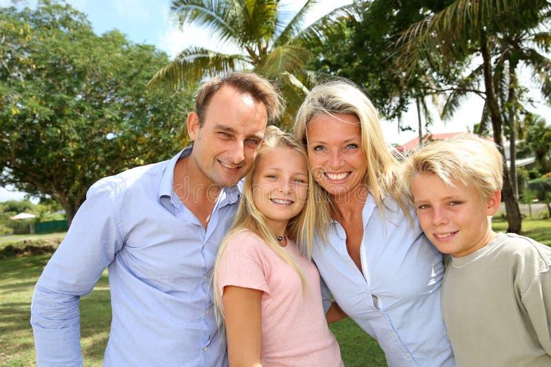 Stående av den lyckliga familjen royaltyfria bilder