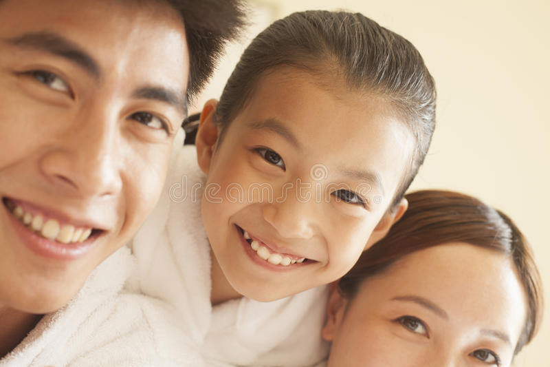 Stående av den lyckliga familjen royaltyfri fotografi
