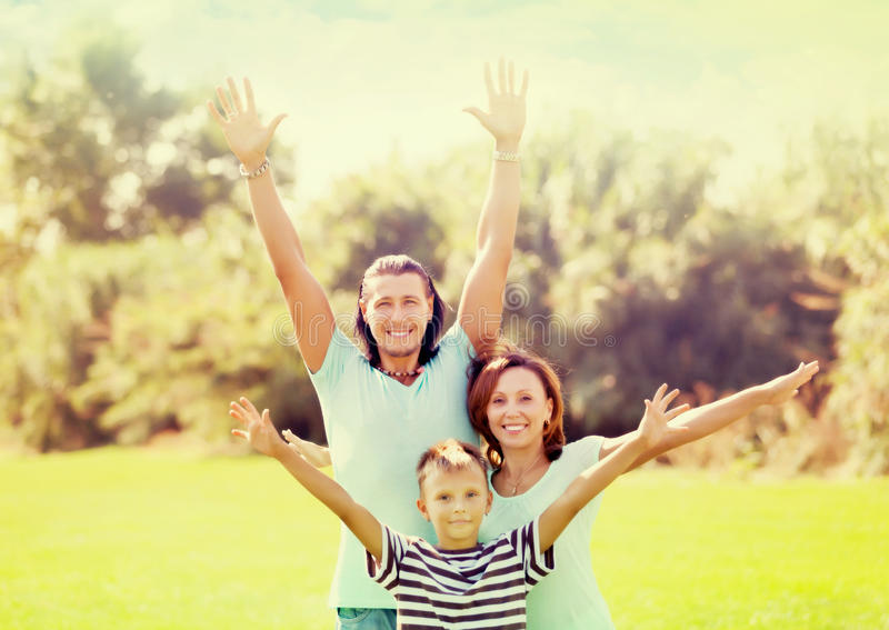 Stående av den lyckliga familjen av tre arkivbild