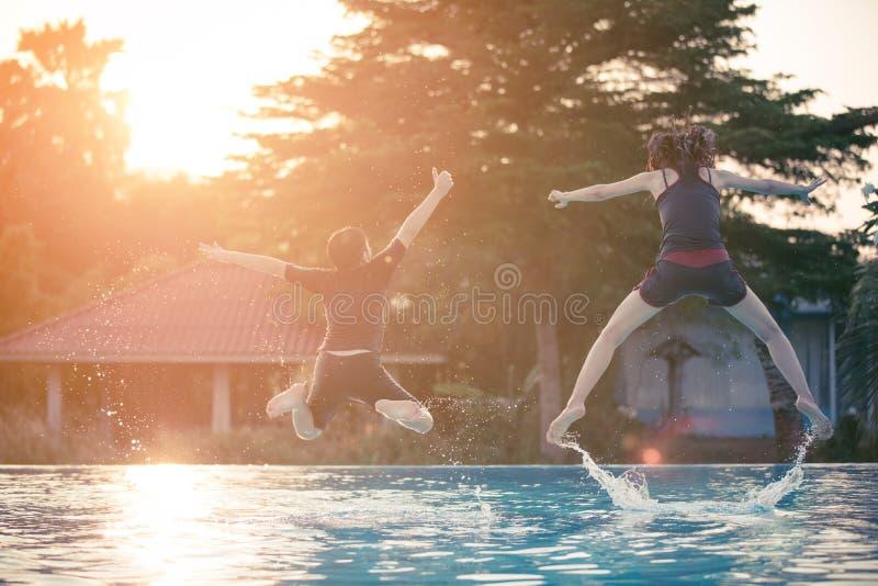 Stående av den lyckliga familjen i simbassäng royaltyfria foton