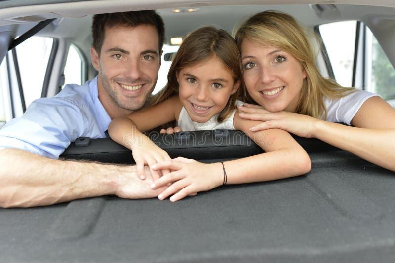 Stående av den lyckliga familjen inom bilen royaltyfri fotografi