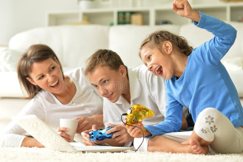 Download Stående Av Den Lyckliga Familjen Med Bärbara Datorn Arkivfoto - Bild av livsstil, förälder: 78730796