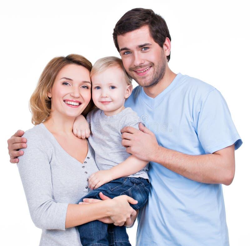 Stående av den lyckliga familjen med det lilla barnet arkivfoto