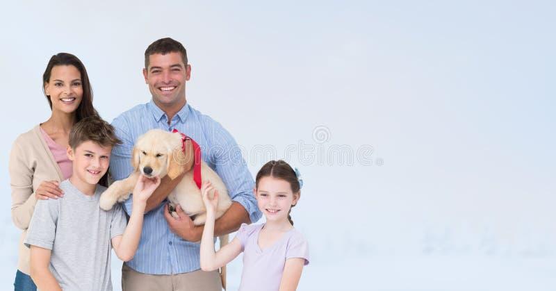Stående av den lyckliga familjen med hunden mot grå bakgrund royaltyfri fotografi