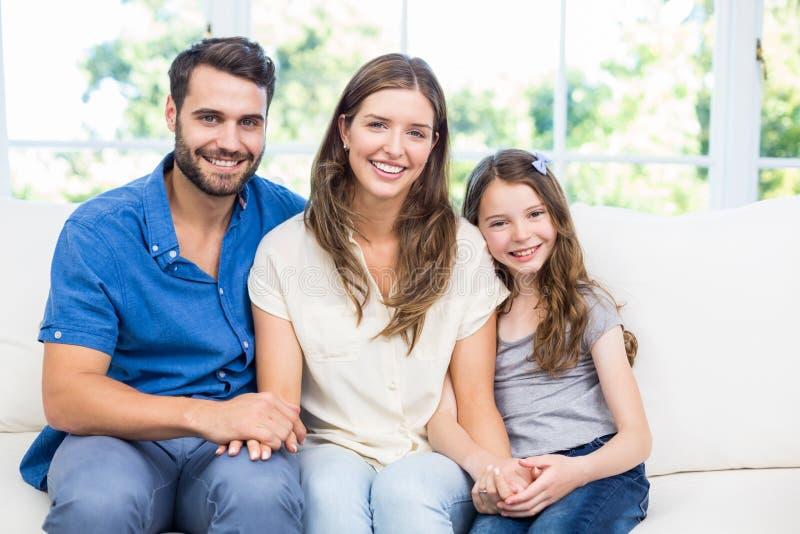 Stående av den lyckliga familjen på soffan royaltyfri fotografi