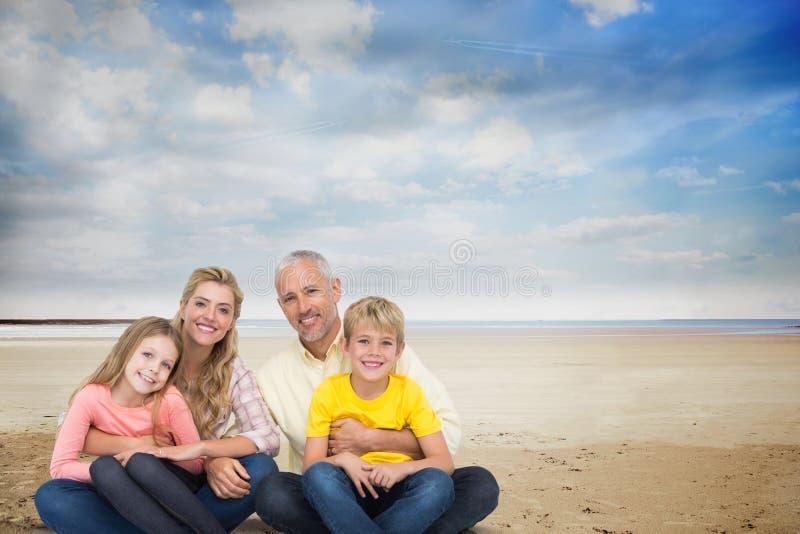 Stående av den lyckliga familjen på stranden mot himmel arkivbild