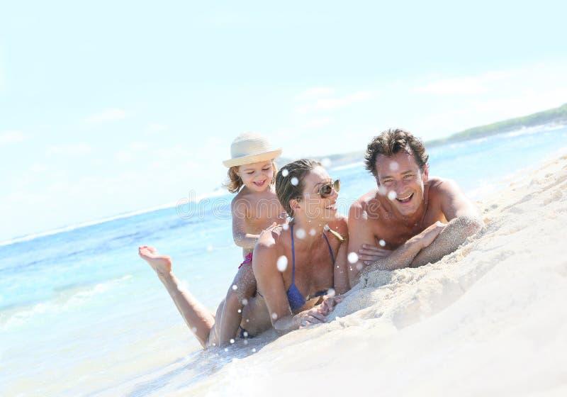 Stående av den lyckliga familjen som skrattar på sjösidan royaltyfri fotografi