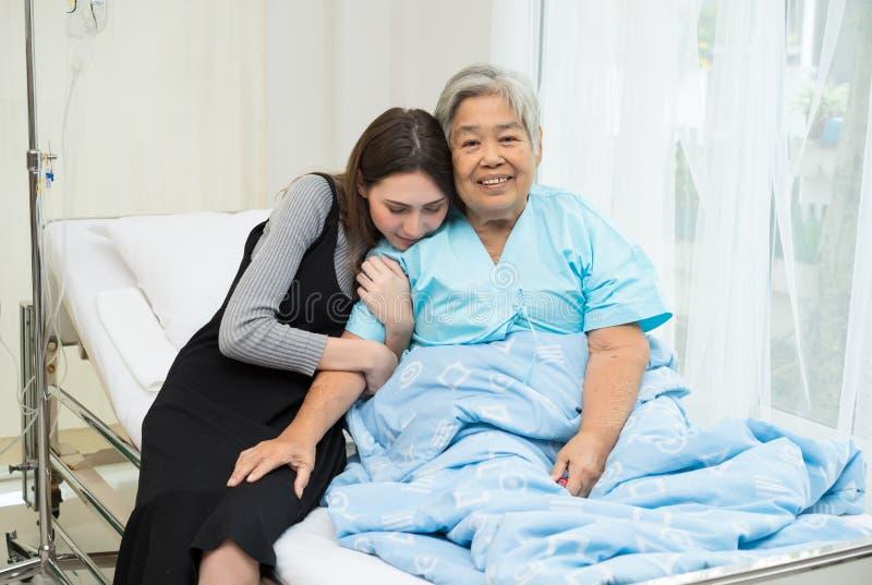 Stående av den lyckliga farmodern och dottern som omfamnar sig royaltyfri foto