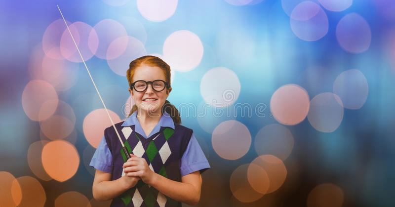 Stående av den lyckliga flickainnehavpinnen över bokeh royaltyfri foto