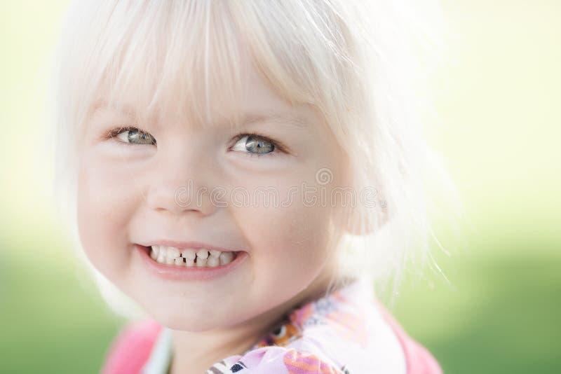Stående av den lyckliga flickan arkivbilder