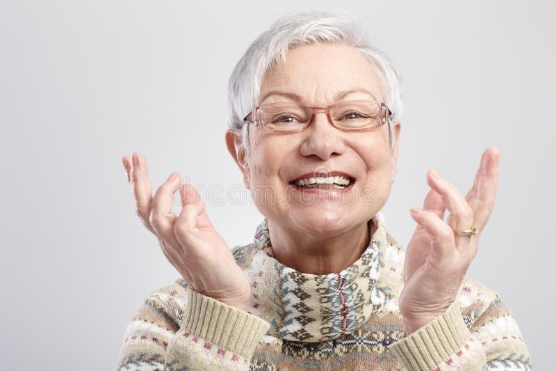 Stående av den lyckliga gammala kvinnan royaltyfria bilder