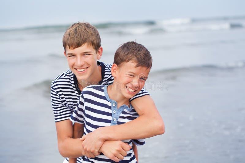 Stående av den lyckliga härliga familjen nära havet royaltyfria foton