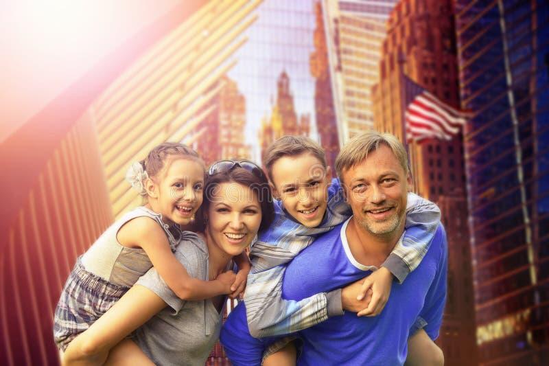 Stående av den lyckliga härliga familjen som poserar i NYC på sommar royaltyfria foton