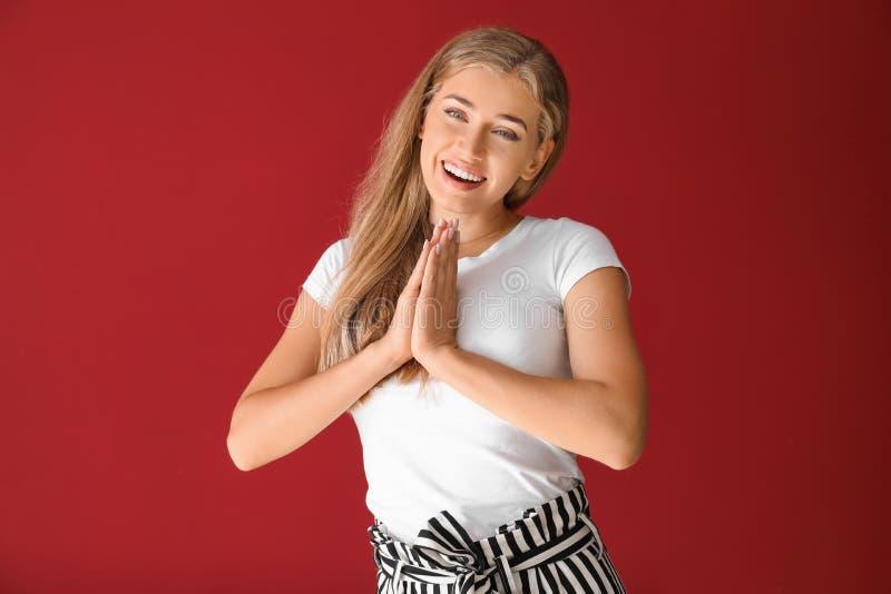 Stående av den lyckliga härliga unga kvinnan på färgbakgrund arkivfoton