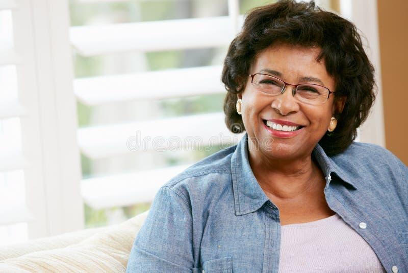 Stående av den lyckliga höga kvinnan hemma royaltyfria bilder
