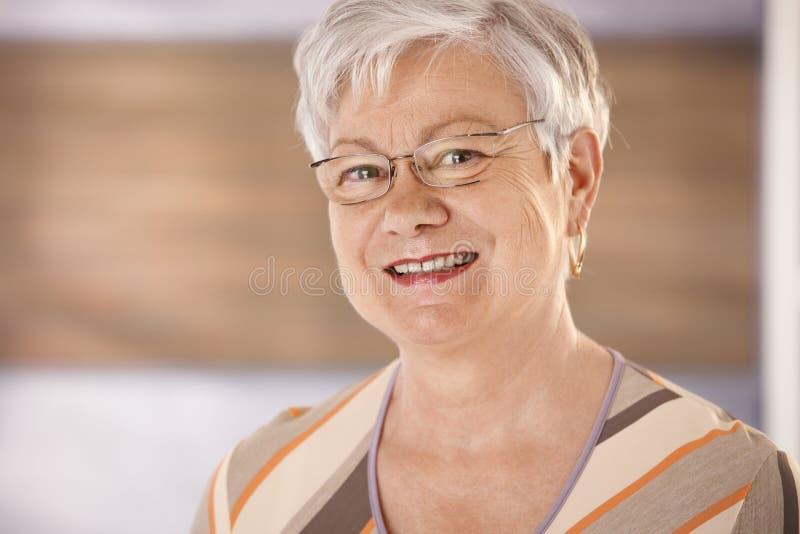 Stående av den lyckliga höga kvinnan med exponeringsglas royaltyfri fotografi