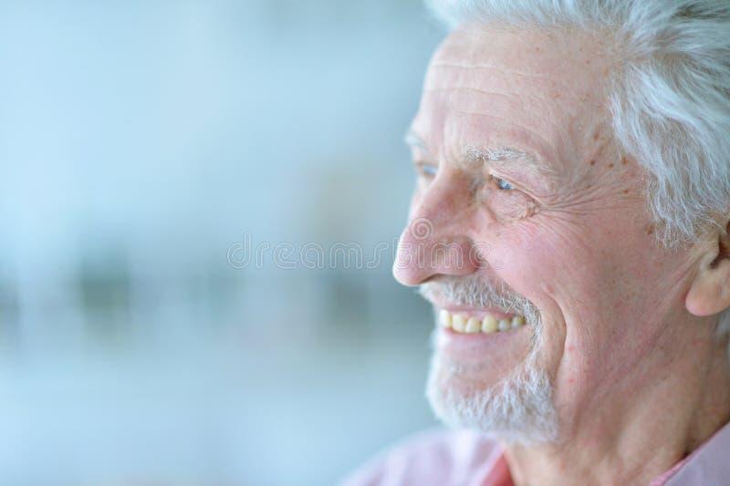 Stående av den lyckliga höga mannen som hemma poserar royaltyfri foto