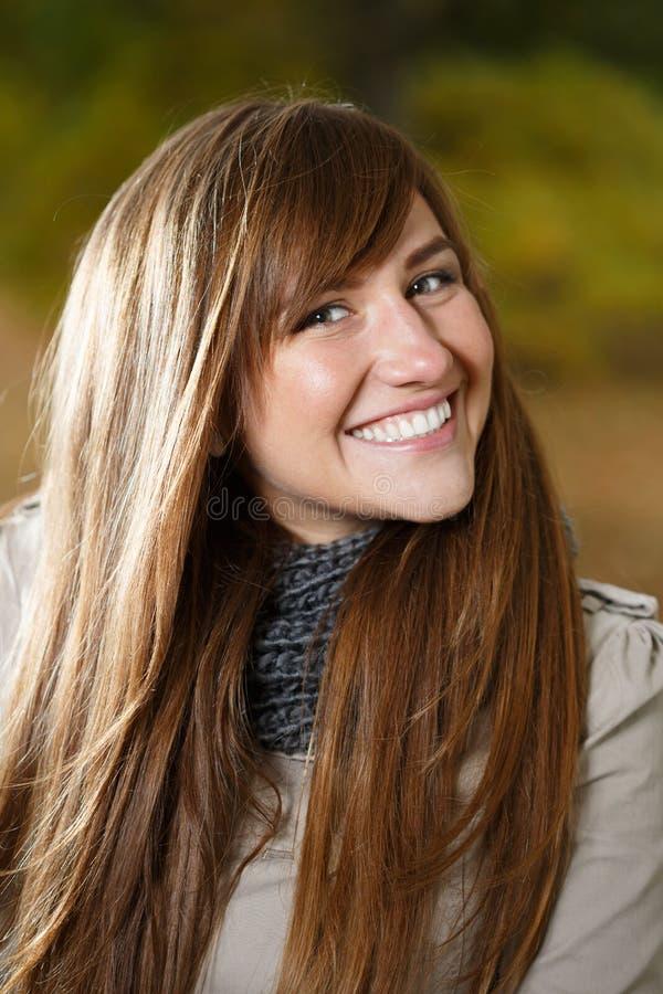 Stående av den lyckliga kvinnan arkivfoton