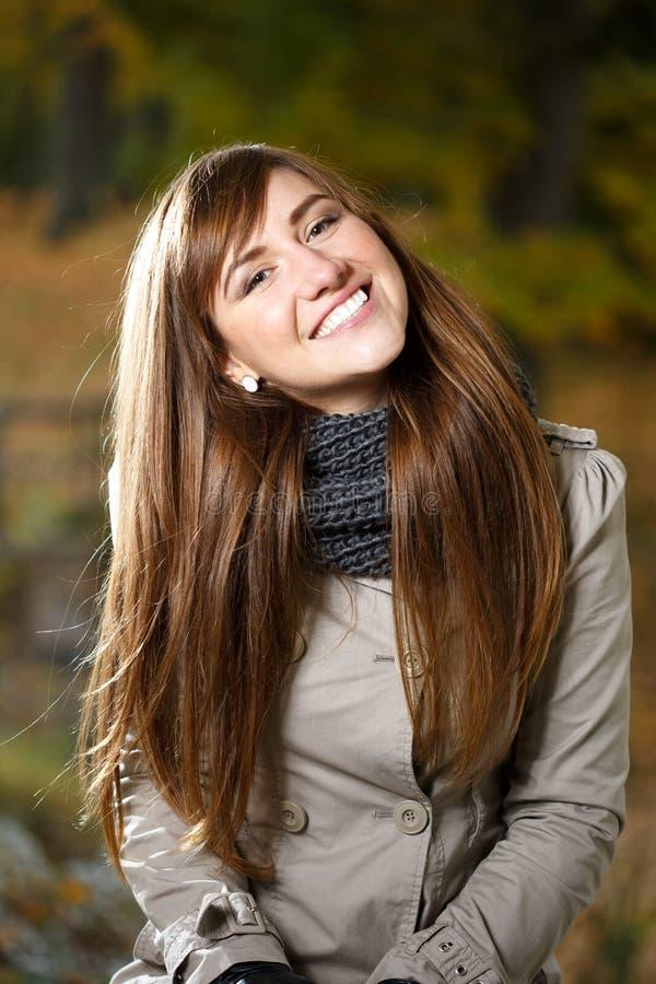 Stående av den lyckliga kvinnan fotografering för bildbyråer