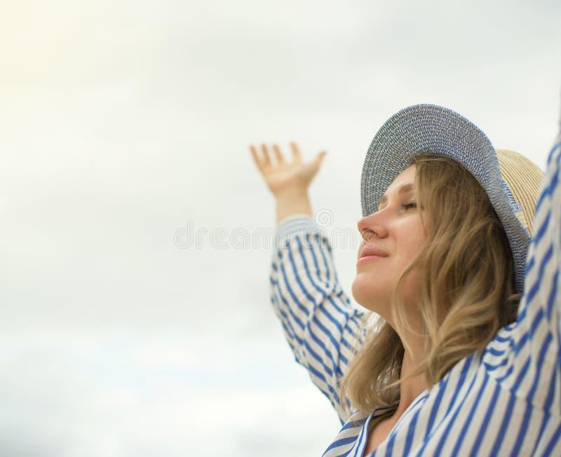 Stående av den lyckliga kvinnan royaltyfri foto