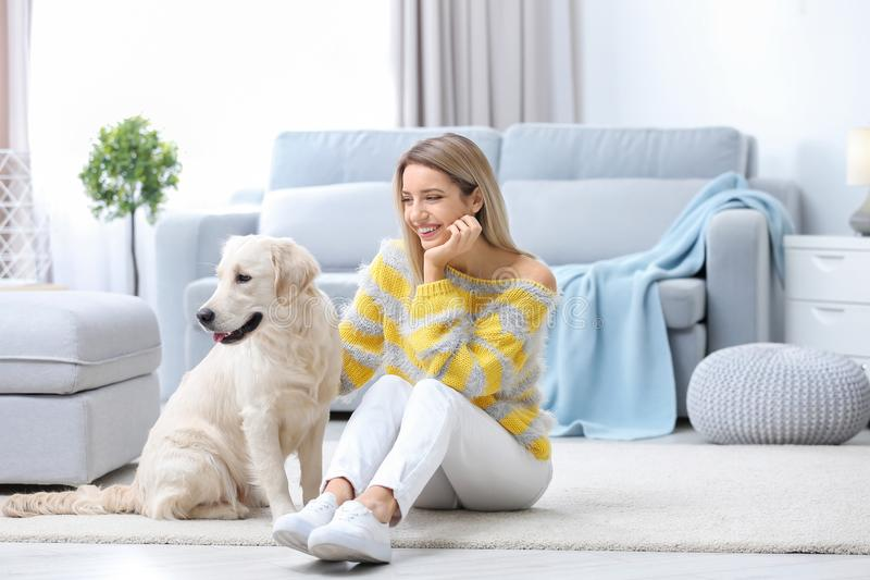 Stående av den lyckliga kvinnan med hennes hund fotografering för bildbyråer