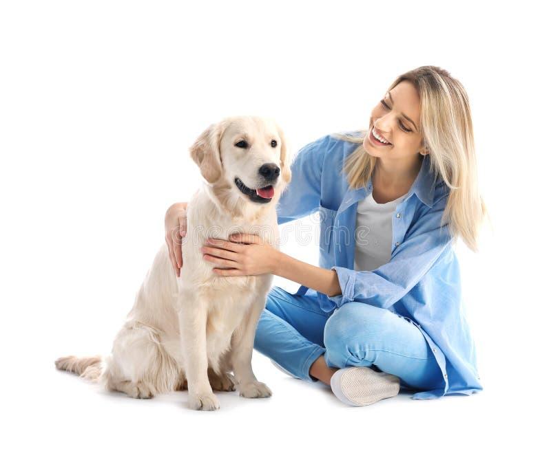 Stående av den lyckliga kvinnan med hennes hund royaltyfri foto