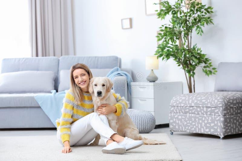 Stående av den lyckliga kvinnan med hennes hund royaltyfria foton
