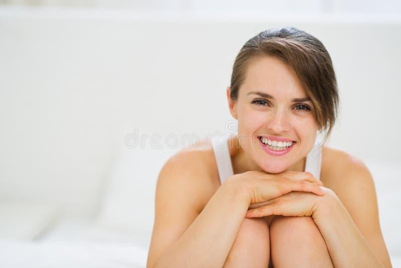 Stående av den lyckliga kvinnan som sitter på underlag royaltyfria bilder